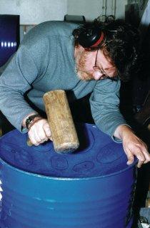 Ari Viitanen muotoilee tynnyrinpohjaa soittimeksi